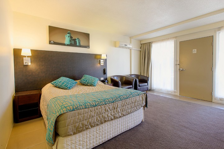 El Paso, Suite Master Bed and Chairs